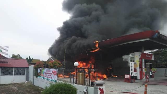 Kebakaran Terjadi di SPBU Padang Saat Pengendara Tengah Antre