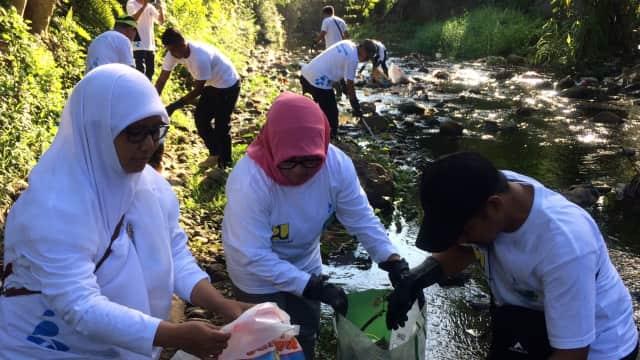 Banyak Sampah Plastik Mengambang di Sungai Kawasan Kampus IAIN