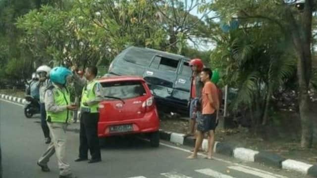 Kecelakaan Beruntun, Ban Kanan Kijang Nangkring di Kap Mesin Ayla