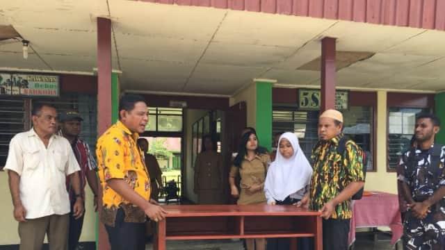 Golkar Papua Barat Sumbang Kursi Meja Untuk SMPN 6 Wosi Dalam