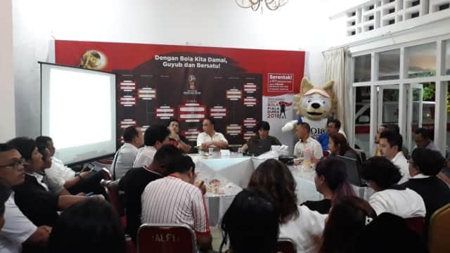 Wuih.. Relawan Jokowi Punya Cara Asik untuk Tebarkan Pesan Persatuan: Nonton Bola!