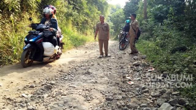 Jalan Penghubung Dua Desa di Nagrak dan Ciambar Sukabumi Rusak Berat
