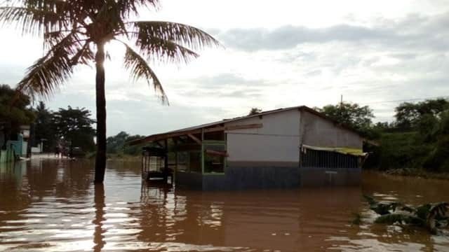Solid Gold   450 Rumah di Cikampek Terendam Banjir tapi Warga Memilih Bertahan