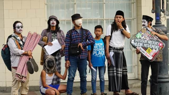 Tradisi Mudik ala Komunitas Pantomim Bandung, Migrasi Tubuh Kota ke Kampung