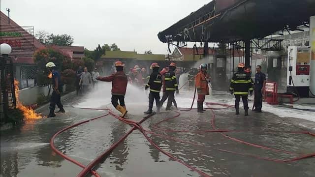 Petugas Damkar Nyaris Terbakar Saat Padamkan Api di SPBU Padang