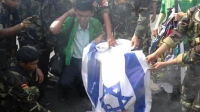 Banser Jember bakar Bendera Israel