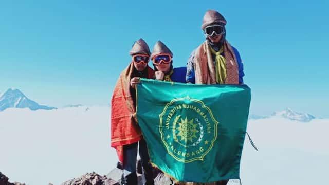 Pakai Songket Sriwijaya, 3 Mahasiswa RI Taklukkan Puncak Elbrus