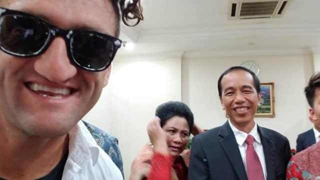 Ketika YouTuber Kondang Casey Neistat Selfie dengan Presiden Jokowi