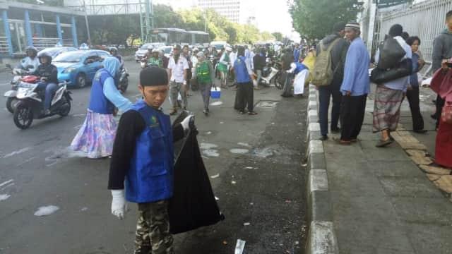 Komunitas Nasi Jumat DKI Jakarta Bersihkan Sampah Pasca Demo