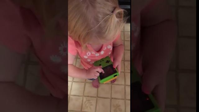 Terbiasa Touchscreen, Bocah ini Bingung Cara Memainkan Gameboy