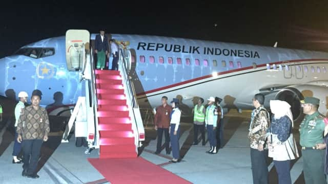 Kenakan Sarung, Jokowi Tiba di Bandara Kuala Namu
