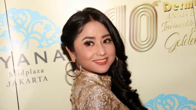 Dewi Persik Rajin Video Call dengan Ayahnya di Jember