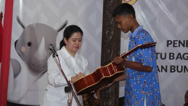 Menko PMK Puan Maharani Bagikan KIP dan PKH di Sukoharjo