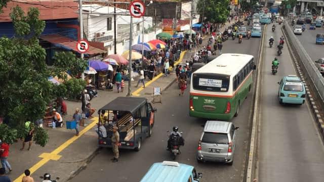 Menyusuri Trotoar Jatinegara yang Tak Nyaman Bagi Pejalan Kaki