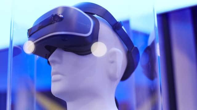 Pria Ini 'Nikahi' Karakter Kartun Lewat VR