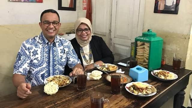 Tiba di Solo, Anies dan Istri Sempatkan Diri Cicipi Kupat Tahu