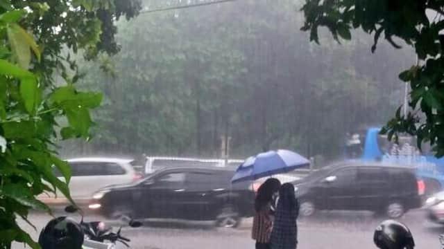 BMKG Melansir Peringatan Dini Hujan Angin untuk Jaktim dan Jaksel