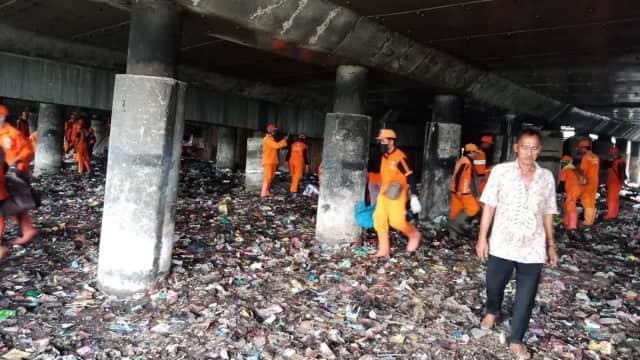 Lautan Sampah di Kolong Tol Cawang-Tanjung Priok Mulai Dibersihkan