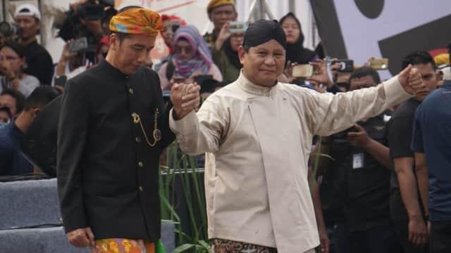 Foto: Keakraban Jokowi dan Prabowo Berbaju Adat di Deklarasi Damai