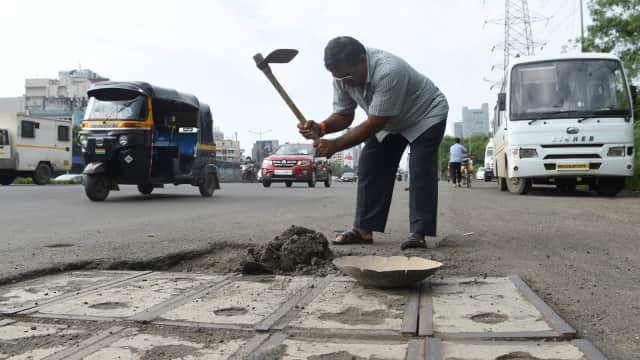 Demi Putranya, Ayah di India Tambal Ratusan Lubang di Jalanan Mumbai
