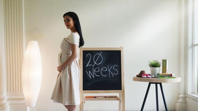 Foto: Bahagianya Atiqah Hasiholan Hamil Anak Pertama
