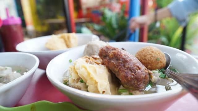 Bakso Malang President: Sensasi Makan Bakso di Pinggir Rel Kereta Api