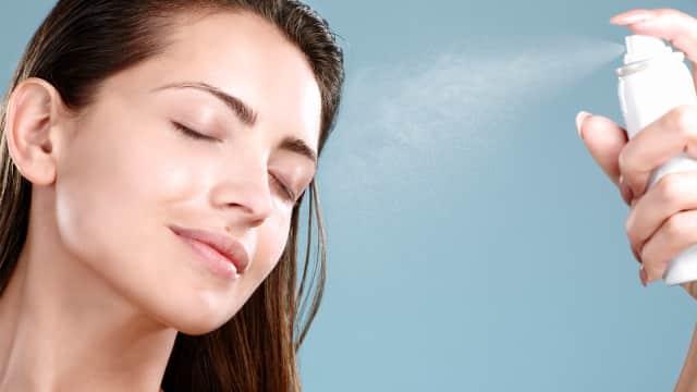 Seberapa Penting Menggunakan Setting Spray pada Makeup?