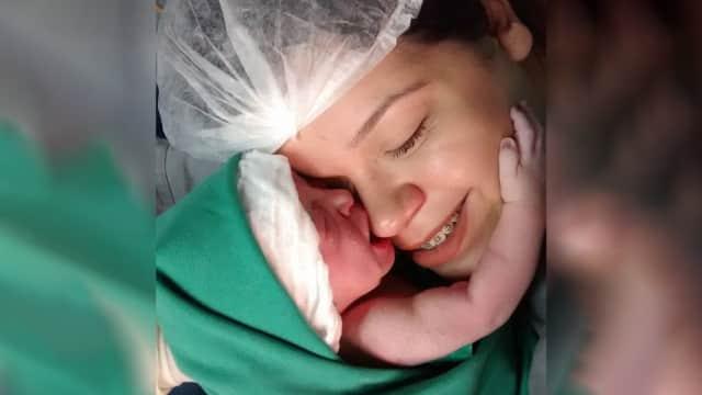 Momen Mengharukan Bayi Baru Lahir Peluk dan Cium Ibunya