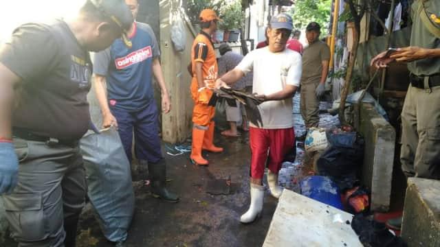 Setelah Banjir Surut di Bidara Cina, Giliran Pasukan Oranye Bekerja