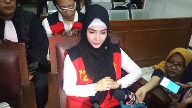 Roro Fitria Bawa Bunga dan Tanah dari Pusara Ibunda ke Pengadilan