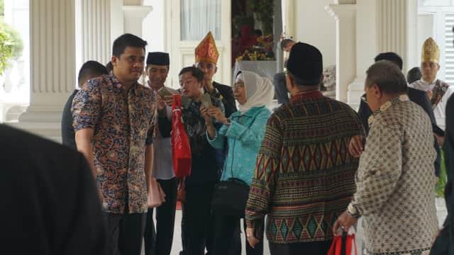 Jokowi Ajak Anak dan Menantunya Salat Jumat di Masjid Istana