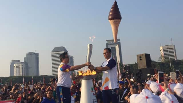 Anies Terima dan Bawa Lari Obor Asian Games 2018 di Monas
