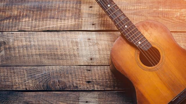 MIKSTEIP: 5 Lagu Andalan buat Menyetem Gitar