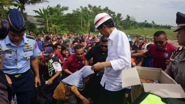 Jokowi Bagikan Buku dan Kain Batik ke Warga Rawa Burung Tangerang