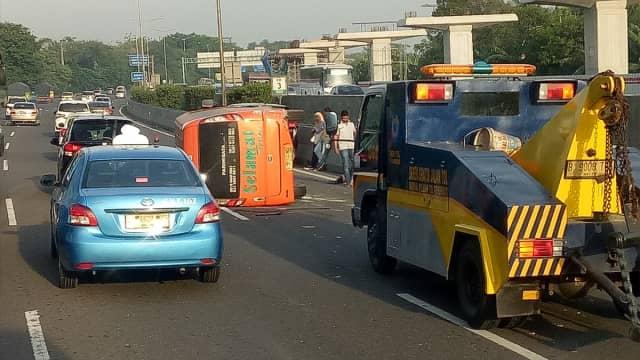 Minibus Terbalik di Tol Jakarta-Cikampek, Lalin Tersendat