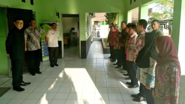 Tjahjo Kumolo Sidak Kantor Kecamatan di Bogor, Ingatkan Layanan e-KTP