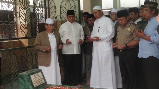Ziarah ke Makam Thohir Rohili, Anies Cerita Pengalaman saat Umrah