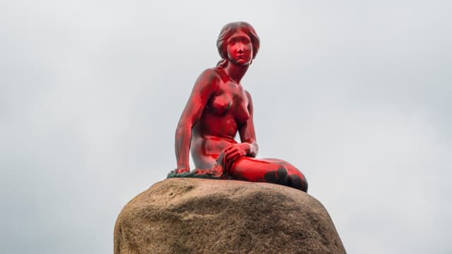 """Patung Putri Duyung di Denmark """"Bersimbah Darah"""""""