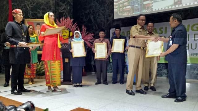 Anies Beri Penghargaan Pegiat Lingkungan Hidup di Jakarta