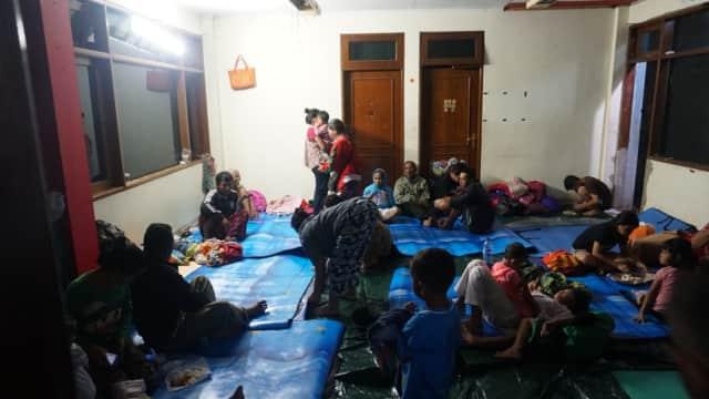 Anies Izinkan Warga Korban Banjir Bawa Tikar dari Posko Pengungsian