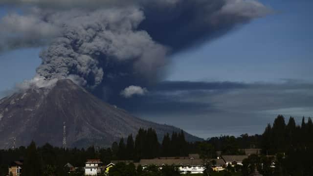 Gunung Sinabung Keluarkan Abu dan Awan Panas Setinggi 3.000 Meter
