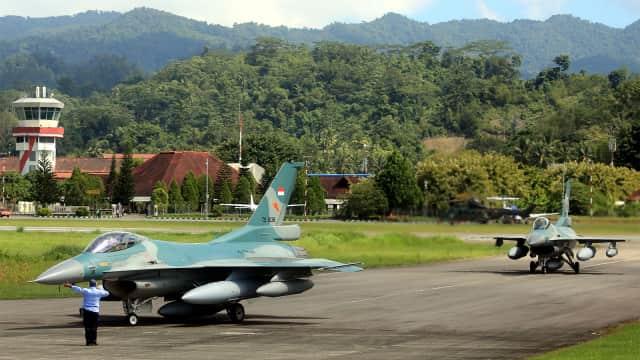 F-16 TNI AU Usir Dua Pesawat Militer Asing yang Terobos Langit Natuna