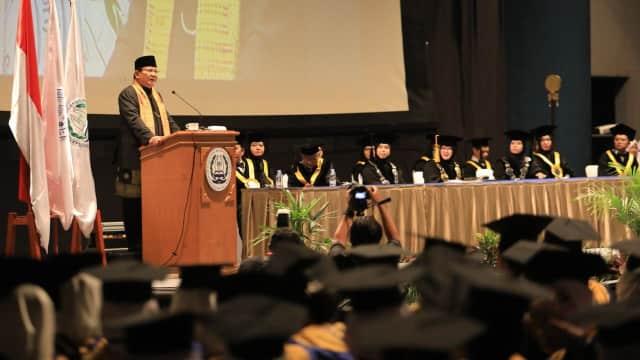 Saat Prabowo Kenang Ibunya di Acara Wisuda Mahasiswa STIKES