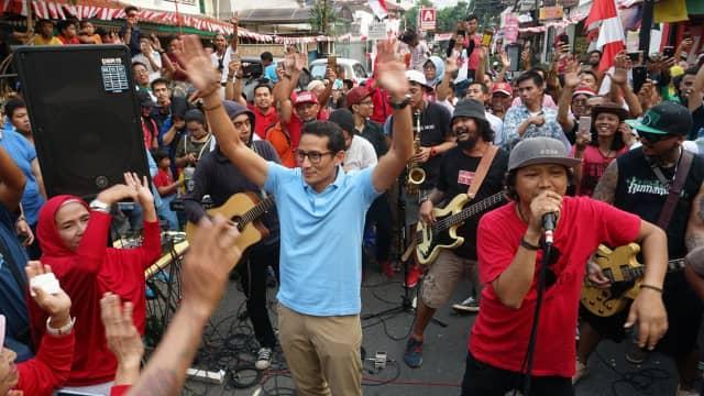 Aksi Cawapres Sandiaga Uno Nge-jam Bareng Steven Jam di Jalan Jaksa