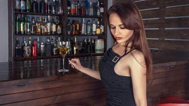 7 Cara Keren Menarik Wanita Saat Ada di Depan Bar
