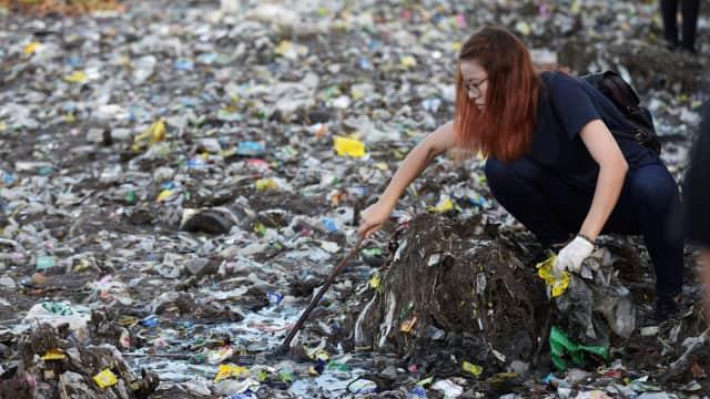 Rangkum 23 September 2018: Merajalela Hoaks hingga Sampah Teluk Manila
