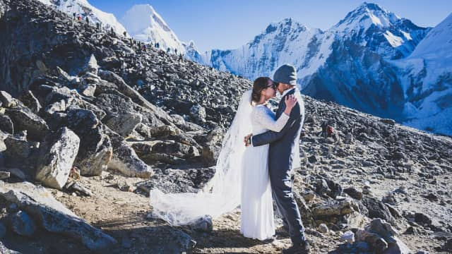 Romantis, Pasangan Ini Menikah di Puncak Gunung Tertinggi Dunia
