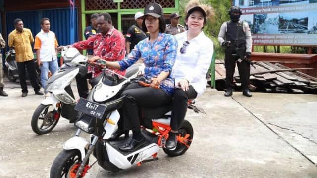 Aksi Puan Naik Motor Listrik hingga Speedboat demi Kunjungi Asmat