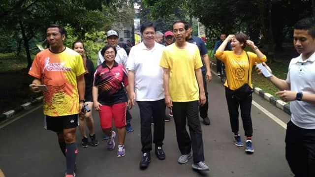 Berkaus Kuning, Jokowi Olahraga Pagi Bareng Airlangga di Bogor