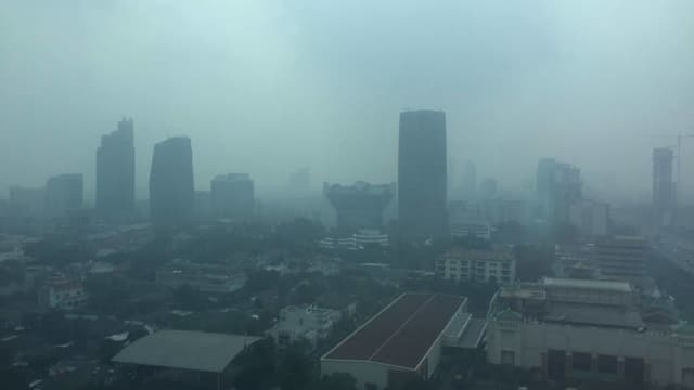 Pemandangan Kota Jakarta Diselimuti Kabut